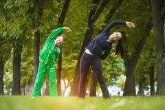 Sohn und Mutter tun Übungen im Park Lizenzfreie Stockfotografie