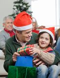Sohn und Vater With Christmas Presents Lizenzfreies Stockfoto