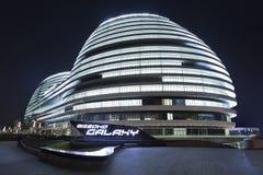SOHO-de bouw van het Melkwegbureau bij nacht, Peking, China stock foto