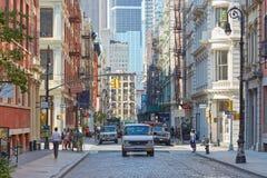 Soho gata med gjutjärnbyggnader och folk i New York Arkivfoton