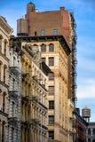 Soho vindbyggnader med brandflykten och vattentorn, Manhattan Arkivbilder