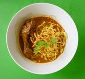 Soi au curry de Khao de soupe de nouilles avec le poulet photographie stock