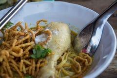 Soi au curry de Khao de soupe de nouilles avec le poulet image stock
