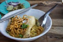 Soi de Khao de soupe de nouilles avec le poulet, traditionnel au curry de ni photo libre de droits