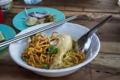 Soi de Khao de soupe de nouilles avec le poulet, traditionnel au curry de ni images stock