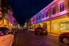 Soi Rommanee街道 有老大厦的普吉岛老镇在中葡萄牙样式是普吉岛的一个非常著名旅游目的地 免版税库存图片