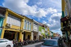 Soi Rommanee街道 有老大厦的普吉岛老镇在中葡萄牙样式是普吉岛的一个非常著名旅游目的地 免版税库存照片