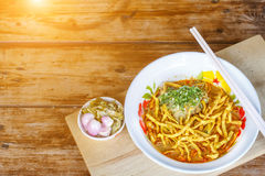 Soi surrado de Khao da sopa de macarronete com carne da galinha e leite de coco picante fotografia de stock royalty free