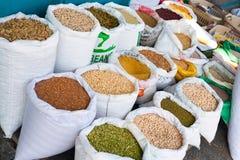 Soia Beans, Bohnen, Hülsenfrüchte, Gewürze in Whit Bags im arabischen Markt Lizenzfreies Stockfoto