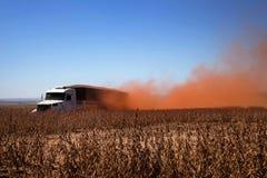 Soia di trasporto del camion al raccolto fotografia stock libera da diritti