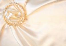 Soie élégante avec des perles comme fond de mariage images stock