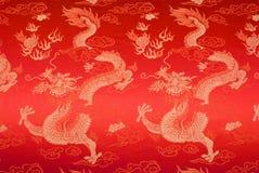 Soie chinoise rouge avec les dragons et les fleurs d'or Photos stock