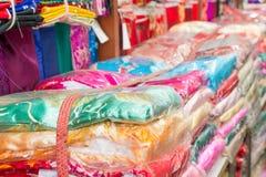 Soie colorée dans le magasin à vendre dans Pékin Chine Photo stock