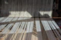 soie de tissage de manière traditionnelle au métier à tisser manuel photographie stock