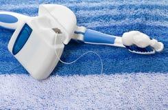 Soie dentaire et brosse à dents Images stock