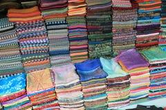 Soie et textile tissé colorés à vendre sur un marché cambodgien Image libre de droits