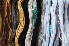 Soie iridescente lumineuse de fil pour la broderie et la couture Fils de couture pour le plan rapproché de broderie Photo stock