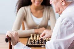 Soignant, patient et duel dans les échecs Photographie stock