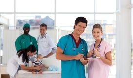 soigne l'hôpital heureux regardant la verticale photo libre de droits