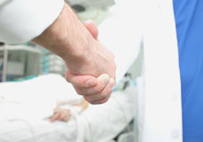 Soigne le concept de poignée de main du traitement d'hospitalisé de coopération Photo libre de droits