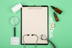 soigne le lieu de travail - comprim? m?dicinal, st?thoscope, pilules et loupe photographie stock