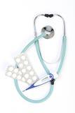 Soigne le stéthoscope, les pilules et le thermomètre Images stock