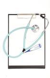 Soigne le stéthoscope, thermomètre numérique et masque le presse-papiers sur le fond blanc Photo libre de droits