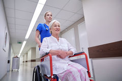 Soignez avec la femme supérieure dans le fauteuil roulant à l'hôpital Photographie stock
