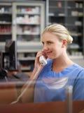Soignez dans la clinique médicale, parlant du téléphone Photographie stock