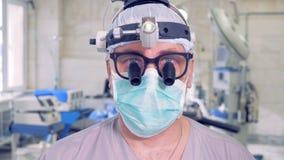 Soignez dans le théâtre d'opération regardant dans l'appareil-photo soigne la verticale clips vidéos