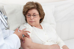 Soignez donner l'injection au patient aîné Image libre de droits