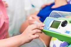 Soignez doser des drogues pour la femme enceinte dans la salle d'accouchement Image stock