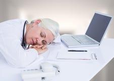 Soignez endormi au bureau contre le couloir brouillé par blanc photo stock