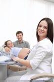 Soignez examiner la femme enceinte et les boutons-poussoirs sur l'ordinateur spécial photographie stock libre de droits