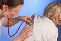 Soignez examiner les poumons d'une femme supérieure Photos stock