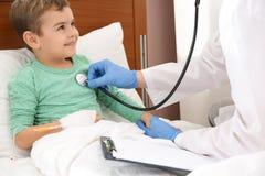 Soignez examiner peu d'enfant avec le stéthoscope images stock
