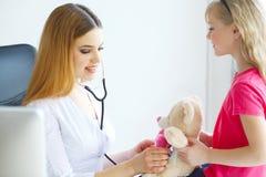 Soignez examiner une fille d'enfant dans un hôpital photographie stock