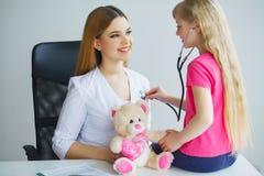 Soignez examiner une fille d'enfant dans un hôpital image stock