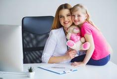 Soignez examiner une fille d'enfant dans un hôpital images stock