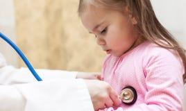 Soignez examiner une fille d'enfant dans un hôpital photographie stock libre de droits