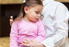 Soignez examiner une fille d'enfant dans un hôpital images libres de droits