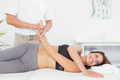 Soignez examiner une main de patients dans le bureau médical photo stock
