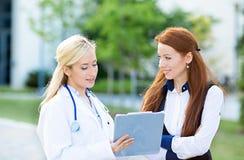 Soignez l'explication à un plan petient de traitement, résultats de laboratoire Photo libre de droits