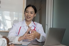 Soignez l'explication au patient masculin au sujet du diagnostic à l'hôpital M image stock