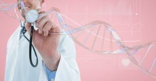Soignez l'homme avec une boule avec le brin d'ADN 3D sur le fond rose Images libres de droits