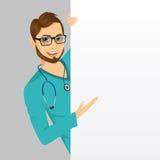 Soignez l'homme de docteur avec le stéthoscope avec un conseil de présentation vide Images stock