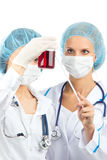 Soignez la femme dans le sang de rouge de recherches d'essai en laboratoire Image stock