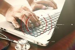 Soignez la main fonctionnant avec l'ordinateur portable dans l'espace de travail médical de illustration libre de droits