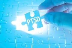 Soignez la main tenant un puzzle denteux avec PTSD - signalez s traumatique images libres de droits