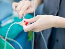 Soignez la solution médicale de poussée dans la canalisation hydraulique intraveineuse Photographie stock libre de droits